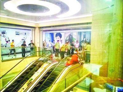 女子被卷入商场电梯绞死