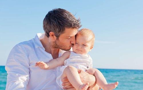 爸爸这样来照顾新生宝宝