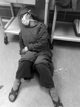 女外科医生感冒坚持手术16小时 累到席地而眠