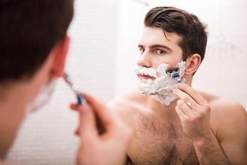 男人每天不可忘记刮胡子