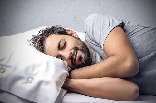 这些睡姿危害男性健康