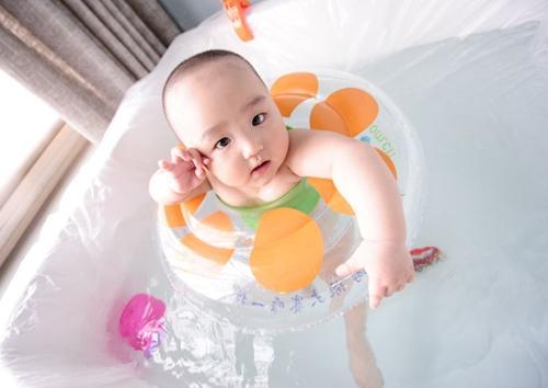 婴儿学习游泳泳池这样选择最健康!