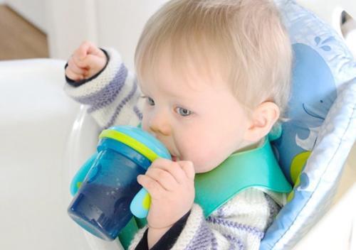 宝宝喝水需要正确选择学饮杯