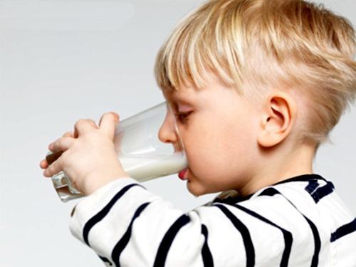 宝宝空腹喝牛奶不会产生危害