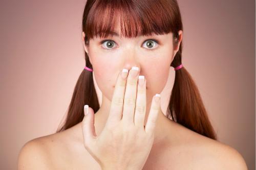 为何早上起来口臭总是特别严重?