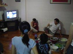 一边吃饭一边看电视好吗?这些朋友可要注意了