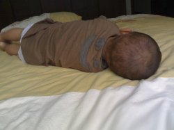 宝宝侧着睡好不好,研究指出右侧睡比较舒服