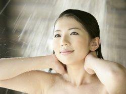 女生洗冷水澡好吗,专家说女生冷水澡的危害易引发阴道炎