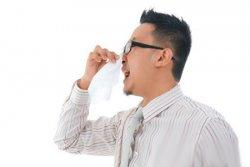 过敏性鼻炎可通过穴位按摩迎香穴、鼻通穴减轻