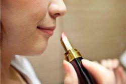 长期涂抹口红对身体的危害会导致慢性中毒