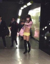 美女的比比公然地铁口出镜 美女的比比长啥样照片
